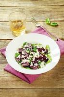 insalata con barbabietole, spinaci e formaggio di capra foto