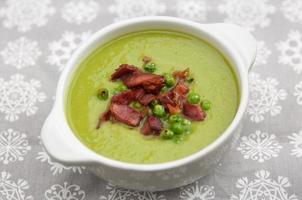 zuppa di piselli con pancetta foto