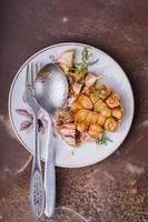 testa d'aglio con erbe tostate nel grasso foto