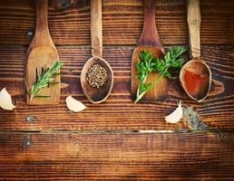 spezie ed erbe sul tavolo di legno. vista dall'alto foto