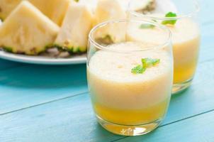frullato di ananas e frullato di anguria foto