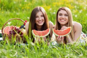 due belle giovani donne durante un picnic foto