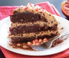 torta al cioccolato, noci e prugne foto
