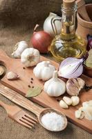 aglio, cipolla, coriandolo, sesamo, pepe, alloro, sale, olio d'oliva,
