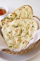 focaccia naan all'aglio seduto in un cestino foto