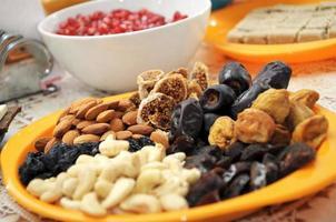 frutta secca sul piatto foto
