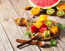 macedonia di frutta su un piatto foto