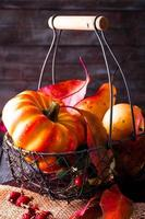 foglie di autunno sul tavolo di legno foto