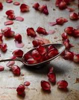 semi di melograno in un cucchiaio foto