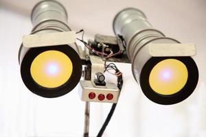 robot occhi telescopici con luce gialla foto