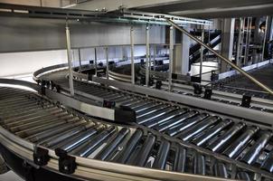trasportatore a rulli in un magazzino automatizzato foto