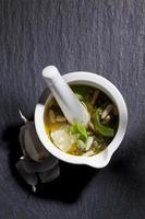 mortaio piccolo, pesto, basilico, pinoli, aglio, olio d'oliva, parmigiano foto