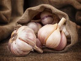fragrante aglio maturo in un sacchetto di stoffa grossolana foto