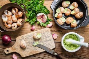 riempire le lumache con burro all'aglio