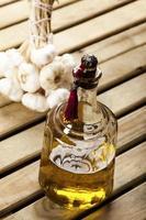 bottiglia di olio d'oliva con aglio foto
