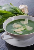 zuppa di aglio selvatico con parmigiano foto