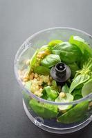 ingredienti per il pesto nel robot da cucina foto