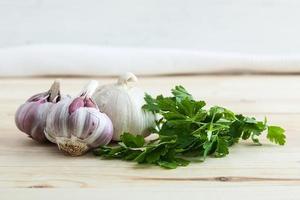composizione di aglio viola con prezzemolo foto