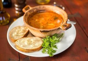 zuppa di pesce con pane e aglio foto