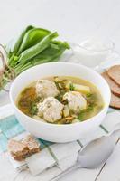 zuppa di acetosa con polpette di carne, pane, panna acida, tovagliolo a quadri