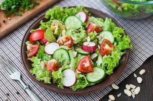 insalata di pomodori e cetrioli con foglie di lattuga foto