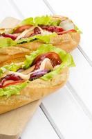hot dog su un tavolo di legno