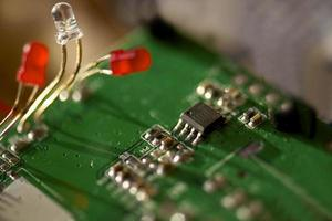led bianco e rosso con componenti elettronici transistor pcb foto