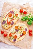 focaccia, piccola pizza vegetariana fatta in casa foto