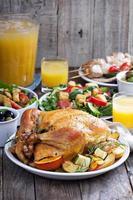 pollo intero arrosto sul tavolo da pranzo foto