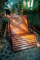 sedia a dondolo in giardino foto