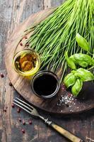 erbe e spezie su tavola di legno foto