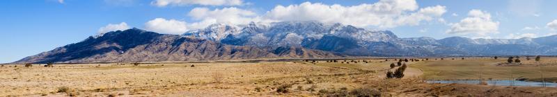 panorama delle montagne di sandia di inverno foto
