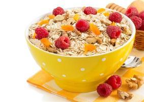 ciotola di cereali muesli su bianco foto