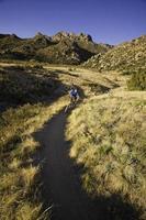 andare in mountain bike foto