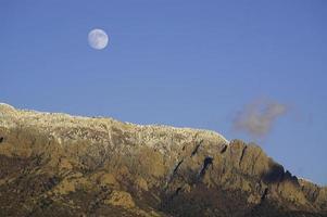 Sorgere della luna di inverno del paesaggio della montagna