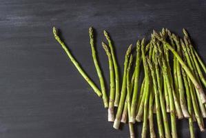 asparagi freschi raccolti foto