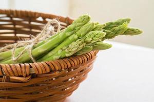 asparagi in cestino di legno foto