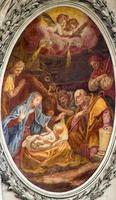 vienna - affresco della natività nella servitenkirche barocca foto