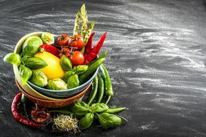 verdure fresche in una ciotola