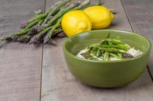 risotto con asparagi freschi e limoni foto