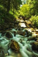 fiume che si muove lentamente
