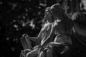 statua di due donne foto