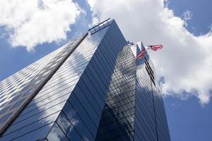 la bandiera americana vola dall'edificio per uffici foto
