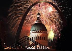 Fuochi d'artificio del 4 luglio a St. Louis Arch foto