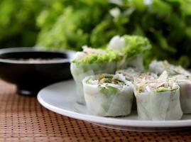 involtini primavera asiatici, germogli di soia, salsa di arachidi foto