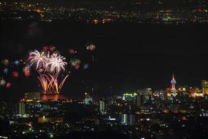 vista notturna di Beppu e fuochi d'artificio