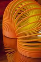 giocattolo arancione slinky