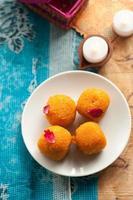 dolci indiani sparsi su un tradizionale tessuto stampato foto
