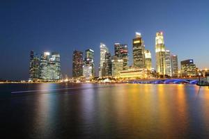 skyline notturno di Singapore foto