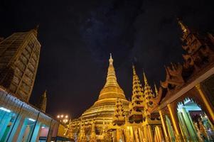 Pagoda di Shwedagon nella notte, Yangon, Myanmar